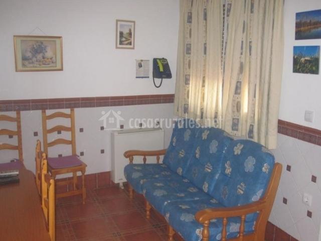 Sala de estar con la mesa de madera