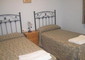 Dormitorio doble amplio con toallas