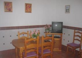 Sala de estar con la mesa de comedor