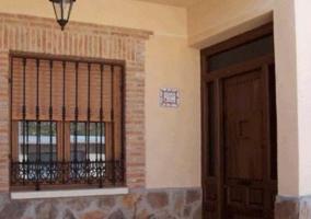 Acceso principal con fachada de varias plantas