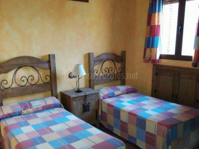 Dormitorio doble con colchas de colores