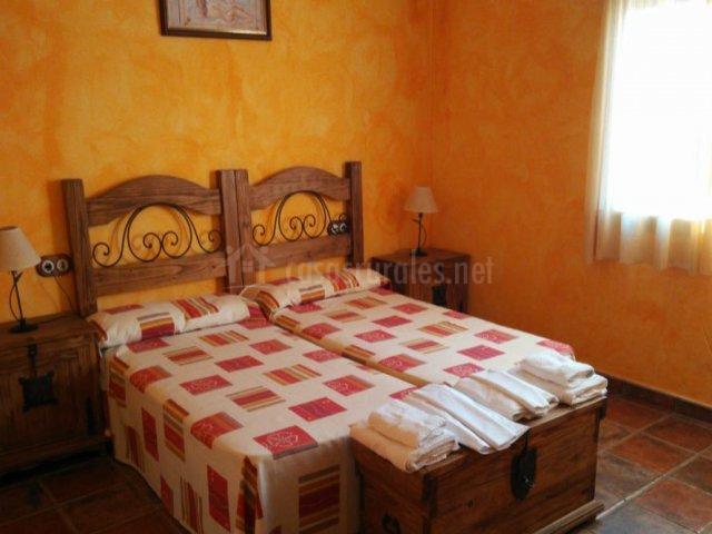 Dormitorio doble naranja amplio