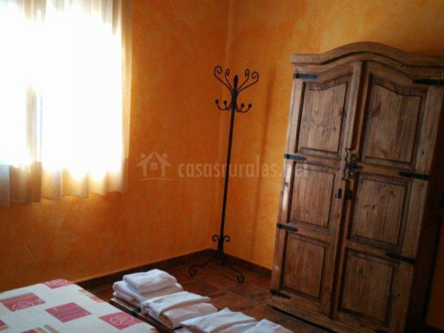 Dormitorio doble naranja con armario