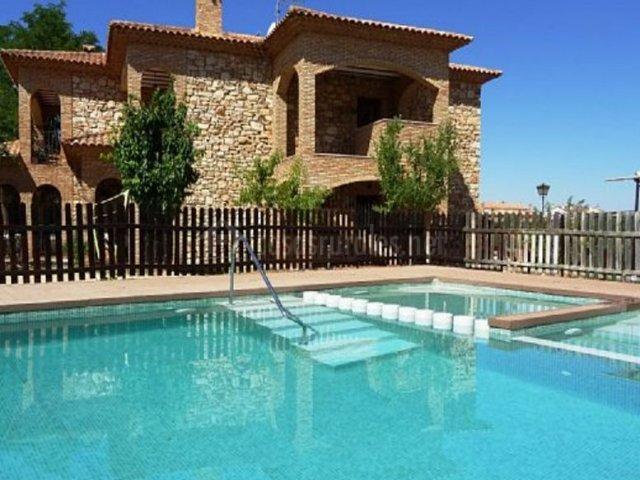 Vistas de la piscina y la fachada al lado