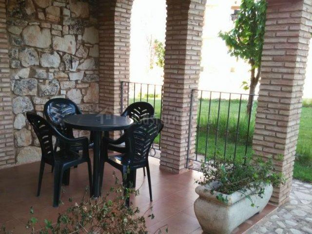 Vistas del porche con mesa redonda