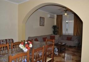 Sala de estar con la chimenea en la zona central