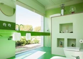 Aseo de aspecto moderno y ducha accesible