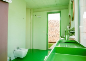 Aseo de aspecto moderno y ducha