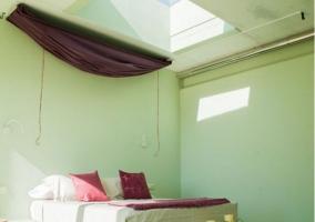 Dormitorio amplio con tragaluz