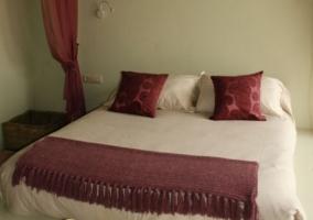 Dormitorio de matrimonio con detalles color vino