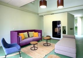 Sala de estar amplia y lujosa