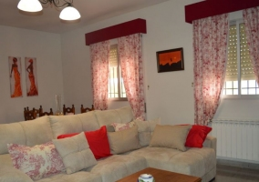 Sala de estar con la chimenea y los sillones