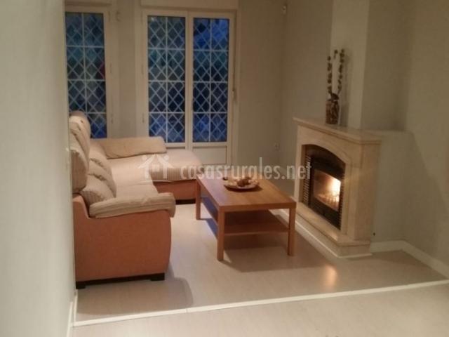 Sala de estar con la chimenea y mesa