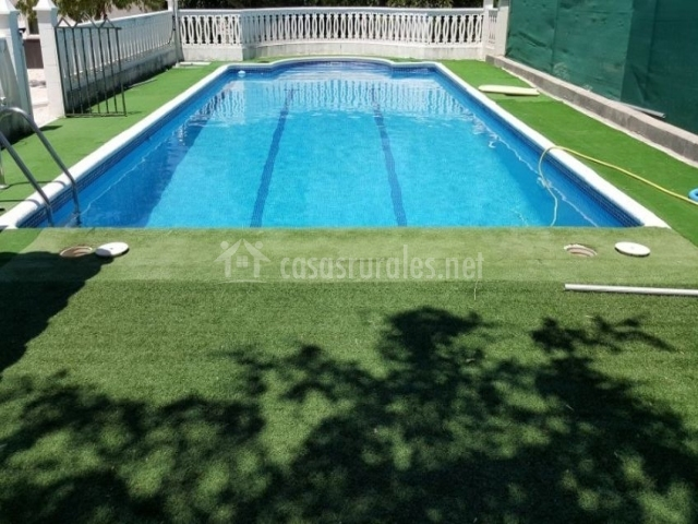 Vistas de la piscina vallada en blanco