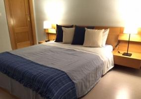 Dormitorio de matrimonio con colcha azul