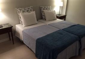 Dormitorio doble con cojines tapizados
