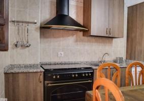 Cocina con mesa funcional de madera