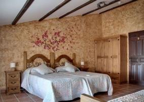 Dormitorio doble con detalles florales en la pared