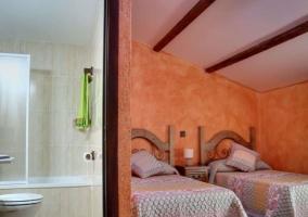 Dormitorio doble en naranja con su aseo