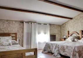 Dormitorio familiar con cama de matrimonio e individuales