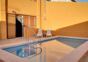 Vistas de la piscina y la hamaca en color blanco