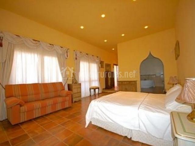Dormitorio de matrimonio amplio con su aseo