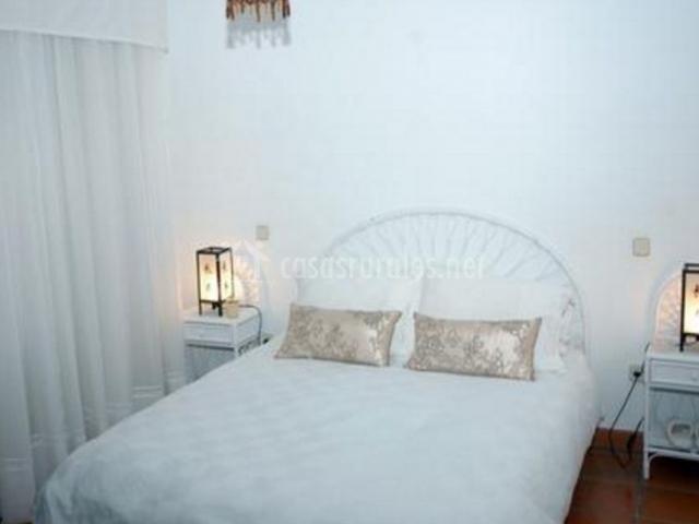 Dormitorio de matrimonio en blanco muy amplio