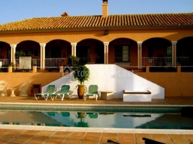 Vistas de la piscina y el porche