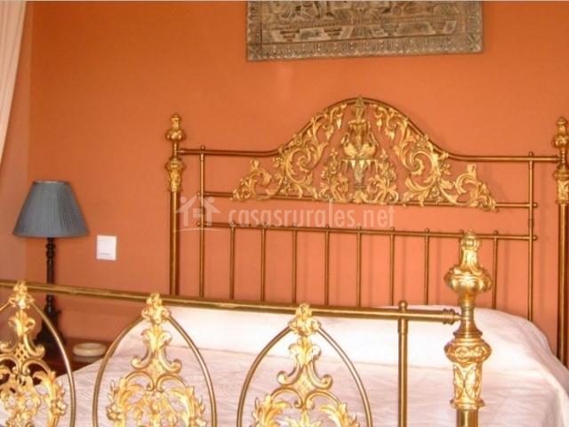 Dormitorio VIP con estructura dorada