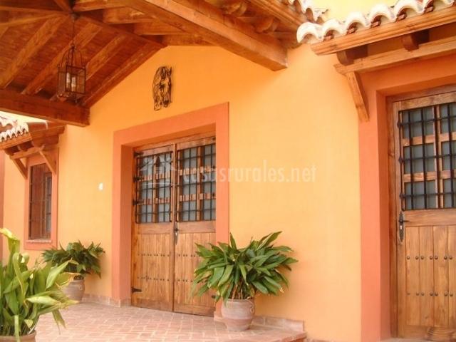 Vistas de la entrada con puertas de madera