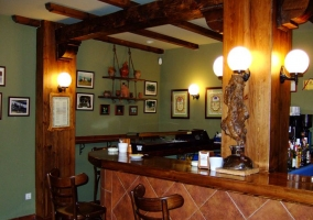 Bar con barra de madera