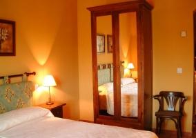 Dormitorio doble con armarios de madera y espejo