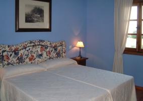 Dormitorio doble en azul con cabecero tapizado