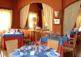 Restaurante con mesas puestas