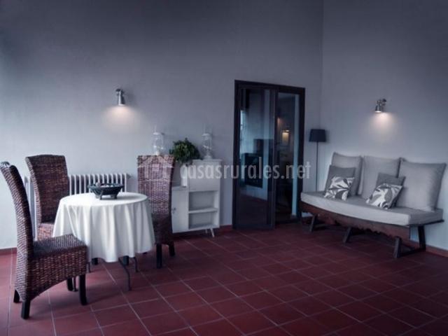 Comedor con mesa redonda y sillas de mimbre
