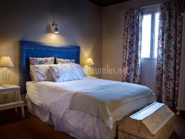Dormitorio de matrimonio con cabecero en azul