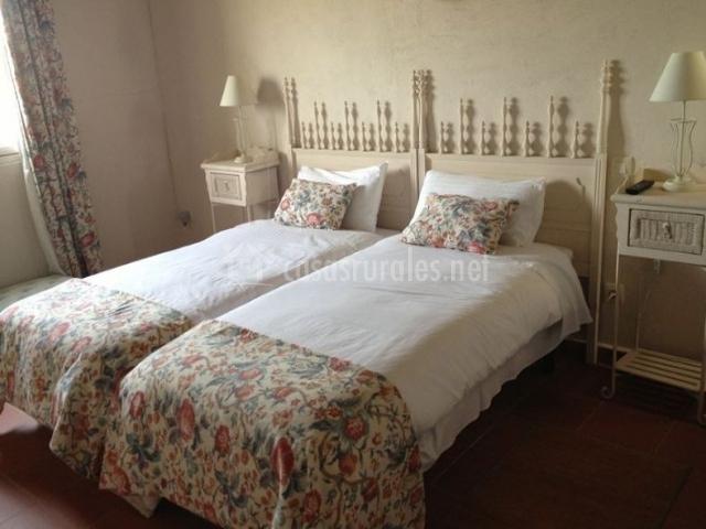 Dormitorio doble con cortinas florales