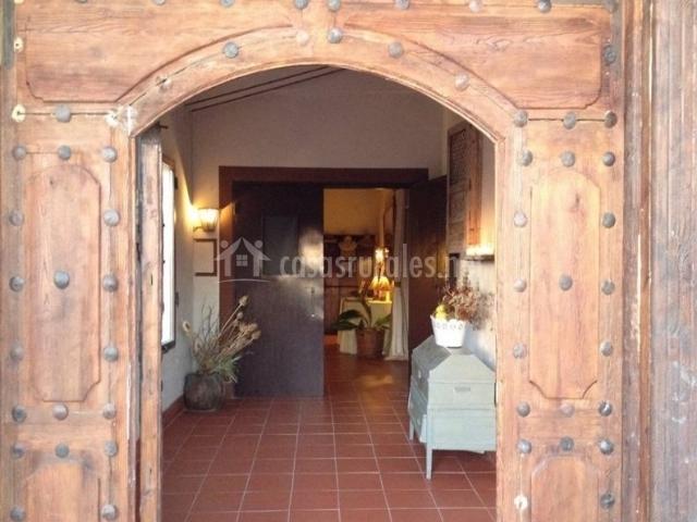 Entrada al alojamiento con puerta de madera