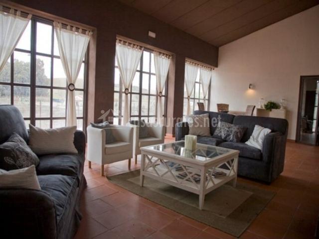 Sala de estar con mesa de cristal en el centro