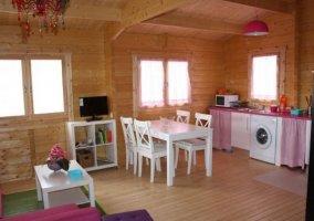 Cocina en rosa y muebles blancos