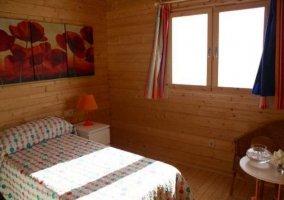 Dormitorio doble con ventana en un lateral