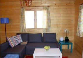 Sala de estar con mesita en el centro blanca