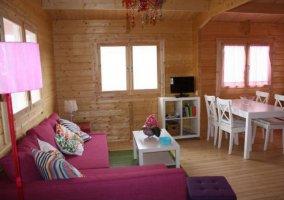 Sala de estar con sillones en morado