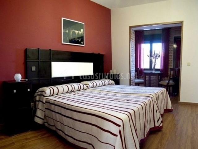 2 Dormitorio con suelos de madera