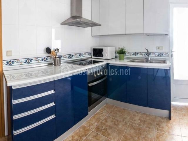 3 Cocina en color azul y blanco