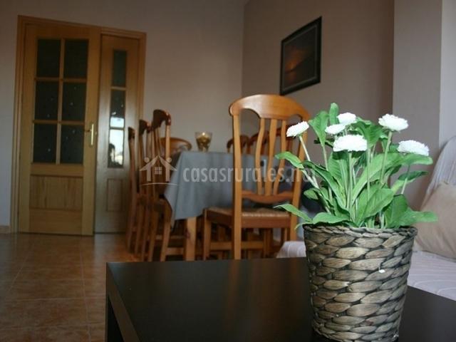 3 Sala de estar con su mesa de comedor