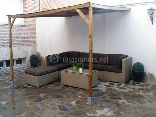 Vistas del patio con sillones y cojines