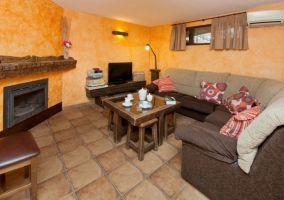 Sala de estar con paredes en tonos naranjas