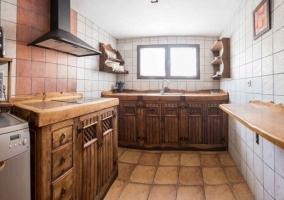 Cocina en blanco y madera