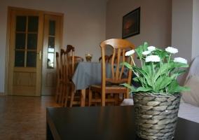 Sala de estar con su mesa de comedor